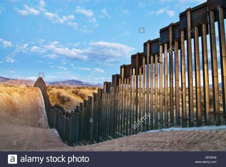 united-states-border-fence-usmexico-border-east-of-nogales-arizona-dexe49